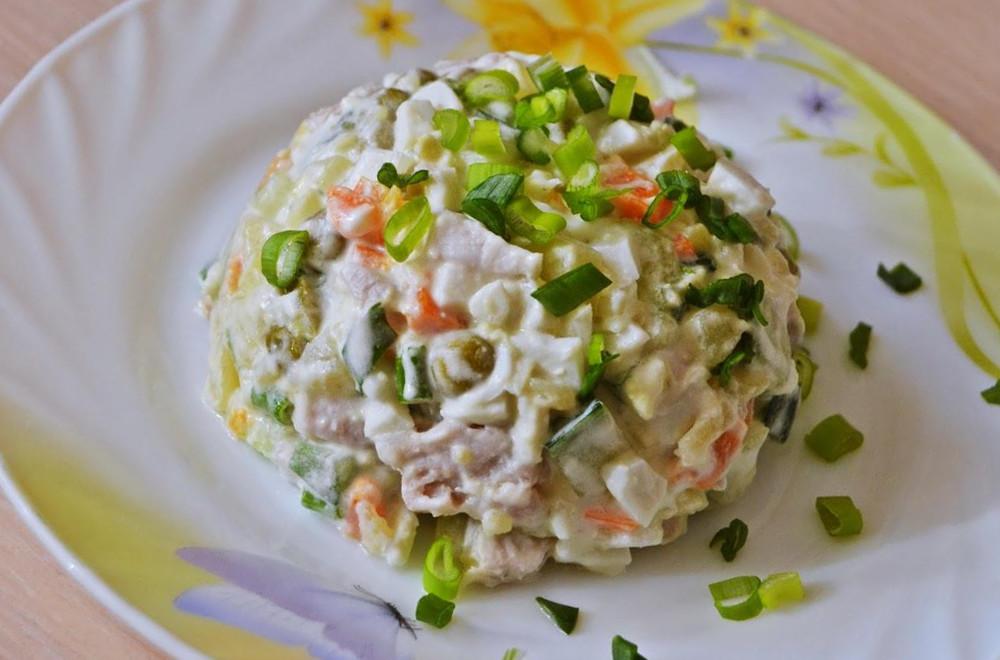 Салат с вареной колбасой с