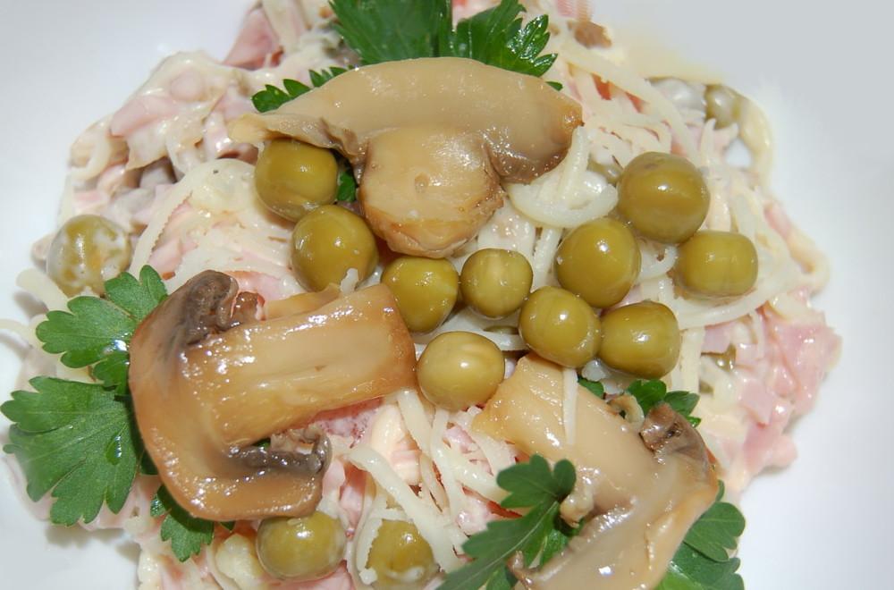 Слоеный салат с ветчиной и грибами