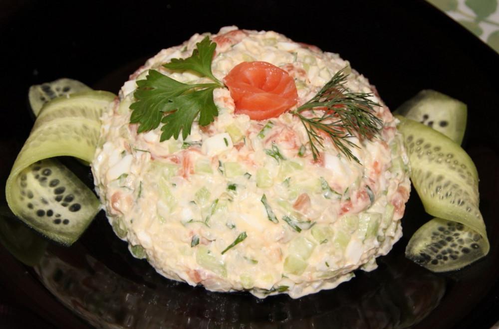 Салат с соленой семгой рецепт