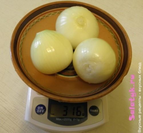 Берем три луковицы на фарш для приготовления чебуреков в домашних условиях