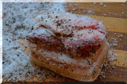 Обваливаем сало в соли и перце