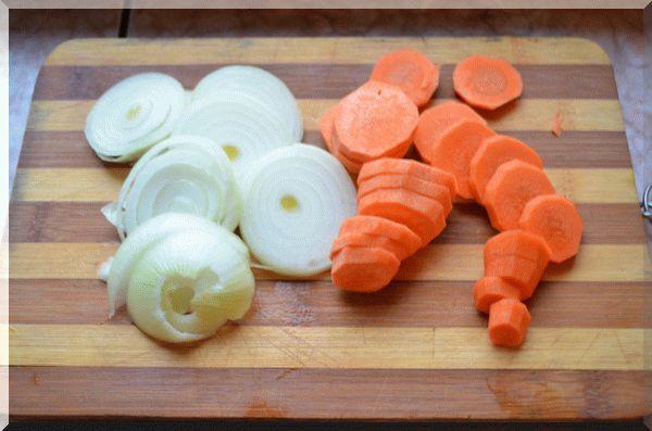 Крупно нарезаем овощи