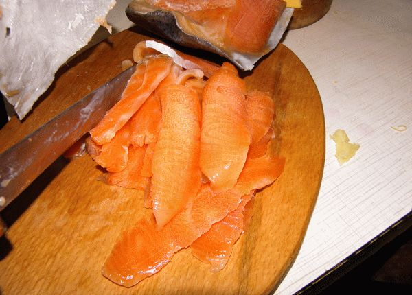 Нарезам рыбу слайсами для приготовления рулетов