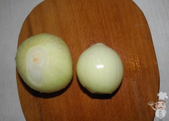 почистить лук для приготовления салата мимоза