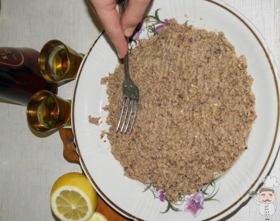 выкладываем первый слой салата рыбной консервой