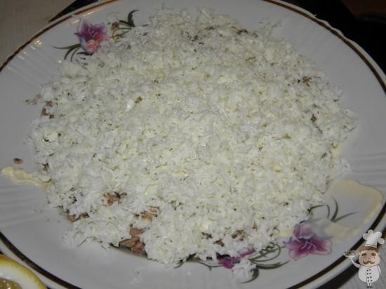 выложить яичный слой салата