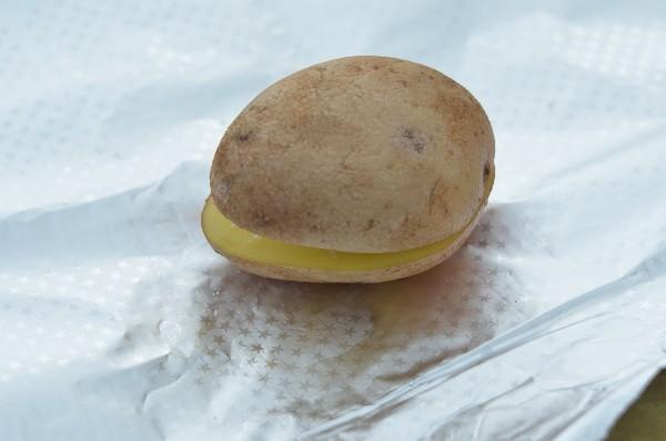 Картошка в фольге на костре