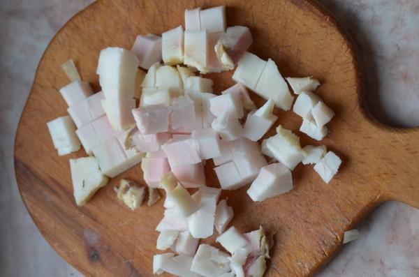 Измельчаем сало и отправляем на сковороду