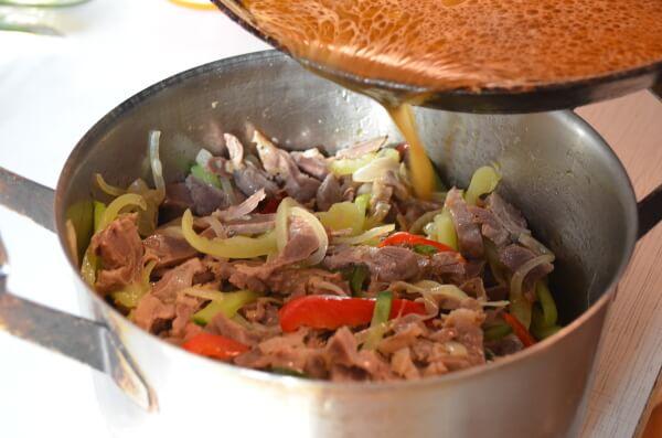 Смешиваем пупки и овощи с заправкой