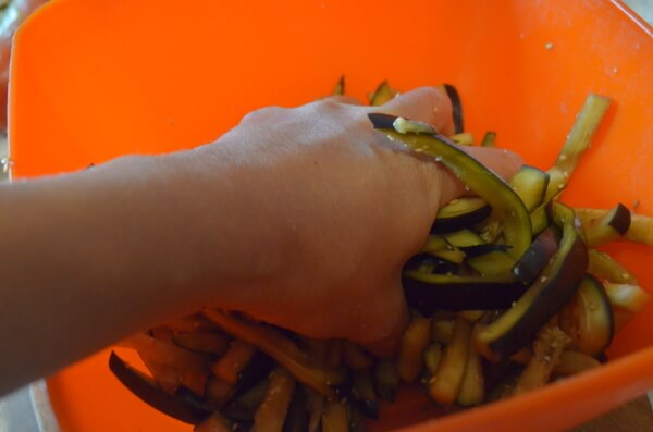 Жмем баклажаны руками