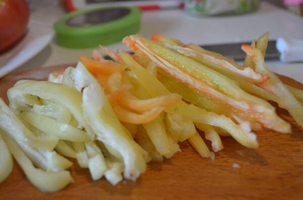 Нарежем перец соломкой