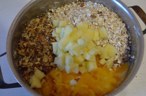 К тесту добавим тыкву, яблоки. орехи и овсяные хлопья