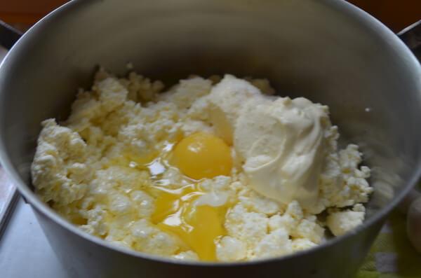 Соединяем творог, сметану, яйца, соль и соду