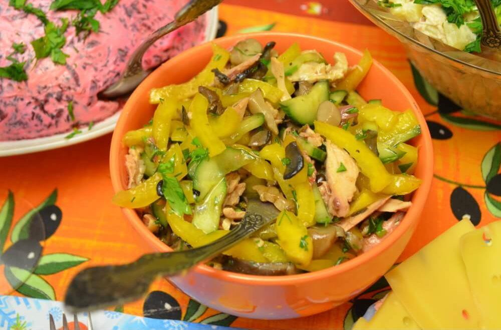 Салат с курицей, болгарским перцем, грибами и огурцом