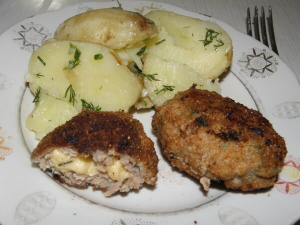 Сочные котлеты с сыром и молодым картофелем