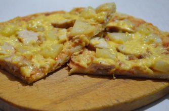 Пицца с куриным мясом и ананасами