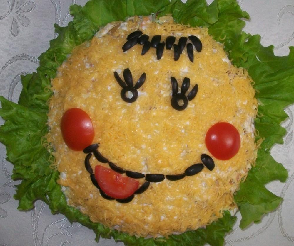 салат с ветчиной и огурцами и яйцами