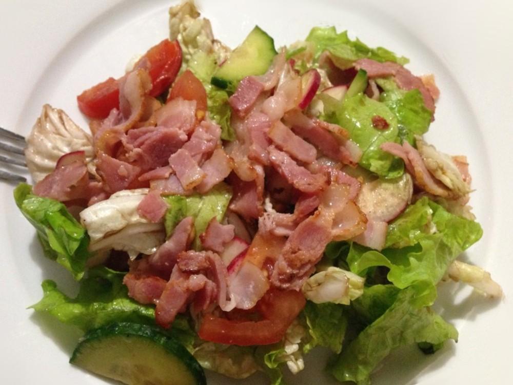 Салат с копченым мясом и капустой