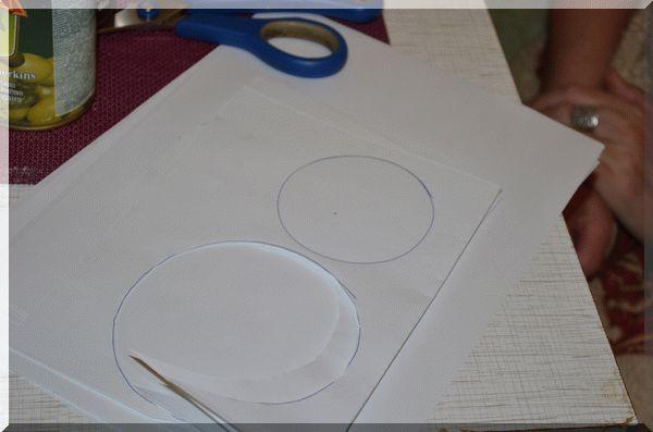 Вырезаем кружочки на дно формы