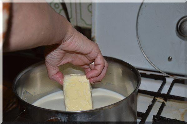 Растворяем в молоке масло