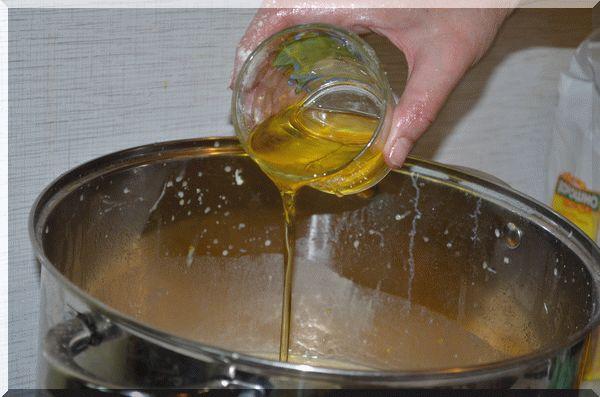 Добавляем в смесь подсолнечное масло