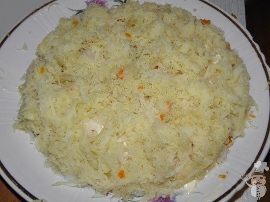 выкладываем картофельный слой салата мимоза