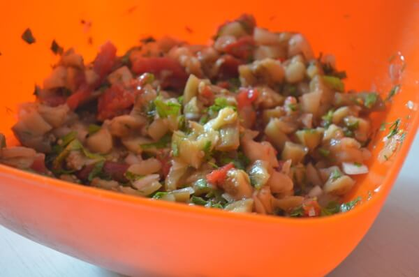 салат из запеченных баклажанов помидоров и перца