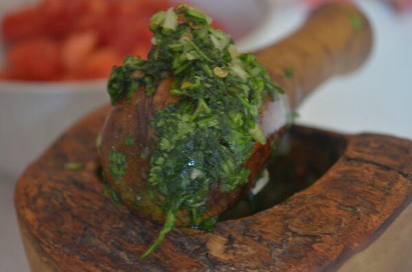 Превращаем кинзу, чеснок, чили перец и измельченный кориандр в кашицу