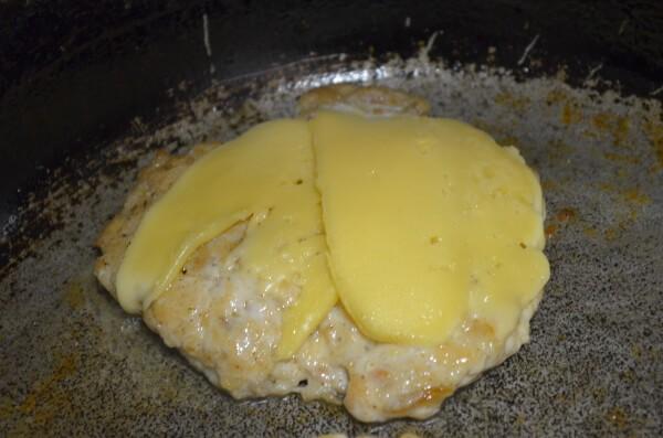 Выкладываем на котлету сыр