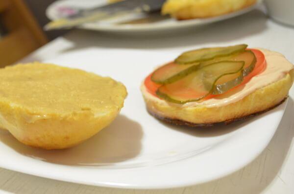 Сочный бургер с куриной котлетой и зажаренной чипсой