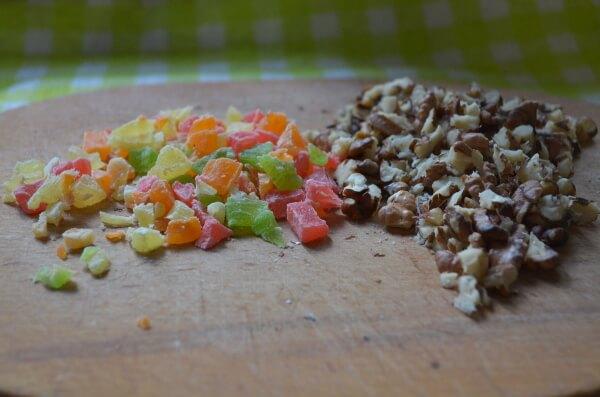 Подготавливаем орехи и цукаты