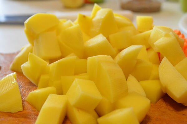 Картофель нарезаем кубиками