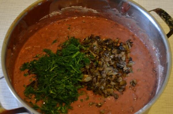 Добавляем грибы с луком и укроп