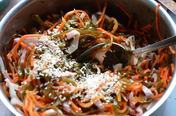 Салат из морской капусты с кальмарами фото